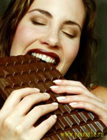 Девушка с большой шоколадкой