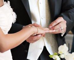 Обручальное кольцо надевает