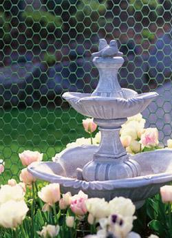 Сетка-ограждение в саду