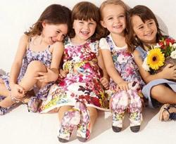 Девчонки в красочных сарафанах