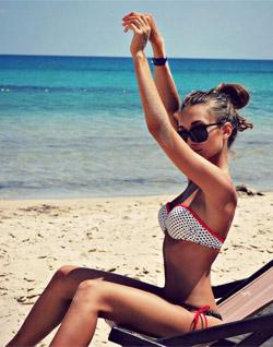 На пляже в очках и купальнике
