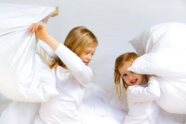 Девочки с подушками