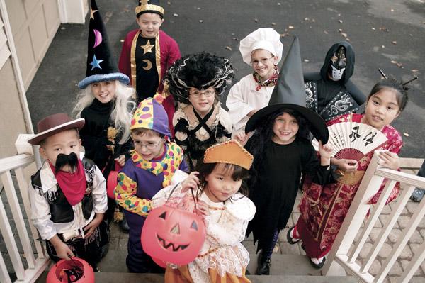 Дети в костюмах а Хэллоуин