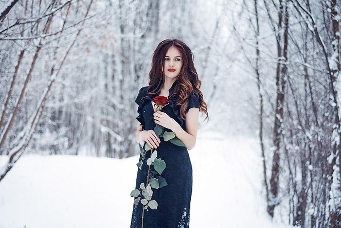 Девушка в платье с розой