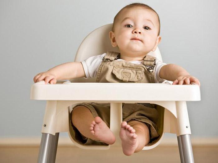 Малыш на стульчике для кормления